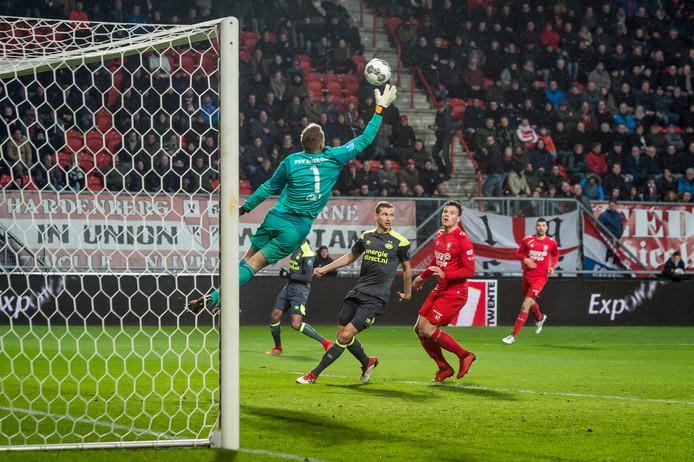 FC Twente scoort niet door een redding van Jeroen Zoet. De eindstand is 0-2 voor PSV in seizoen 2017/18.