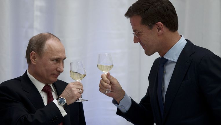 Premier Mark Rutte en president Vladimir Poetin van Rusland heffen het glas tijdens een diner in Amsterdam bij de opening van het Nederland-Ruslandjaar in april.. Beeld anp