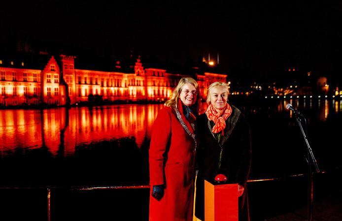 Archieffoto: burgemeester Pauline Krikke van Den Haag (links) en minister Sigrid Kaag zetten het Binnenhof in het oranje licht.