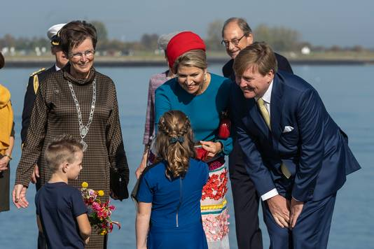 Het koninklijk paar krijgt bloemen aangeboden in Anna Jacobapolder.
