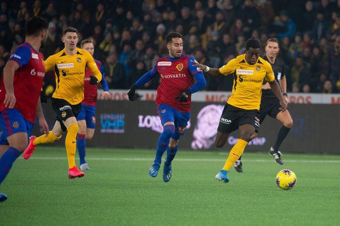 Jordan Lotomba (r) in actie namens BSC Young Boys tegen FC Basel.