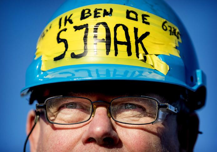 Een demonstrant tijdens een actie op de Maasvlakte in Rotterdam tegen de verhoging van de AOW-leeftijd.