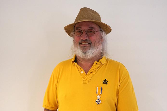 Jan van Gorkum met zijn lintje.