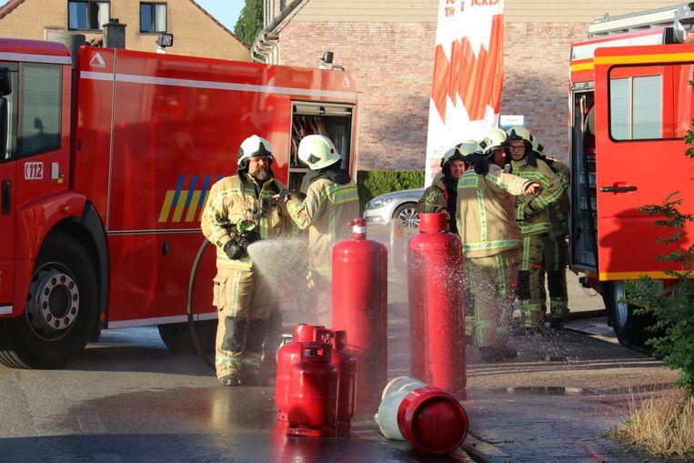 De brandweer koelde de gasflessen af.