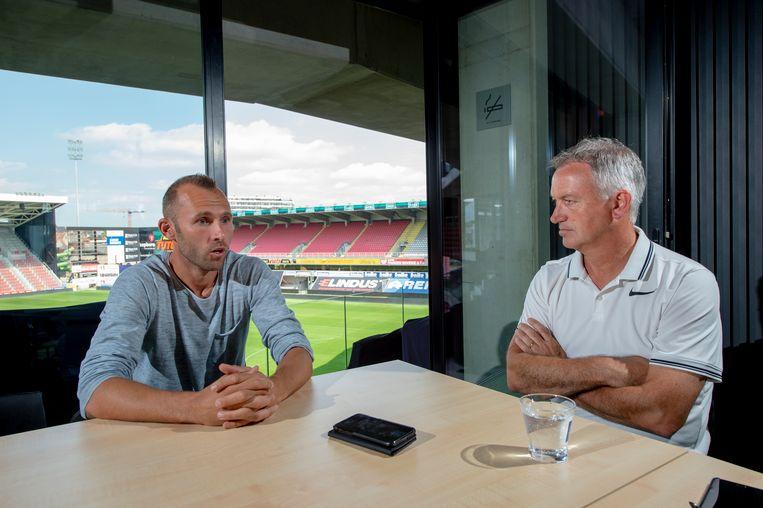 Marc Degryse (rechts) praat met Thomas Buffel over zijn overstap van Genk naar Waregem.