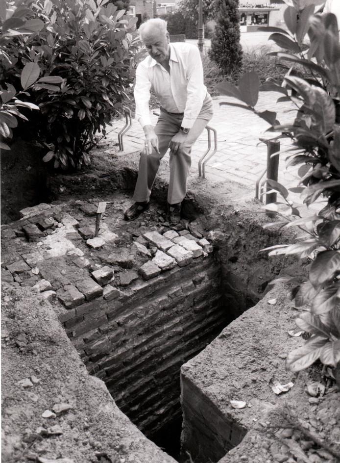 Pastoor Vekemans bij opgraving in Oerle (17-8-1982).