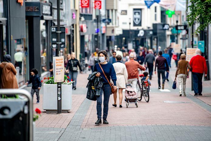 UNIZO Limburg wil onder meer dat winkelen op afspraak opnieuw toegelaten wordt vanaf 1 december. (Archiefbeeld shoppers in Hasselt)