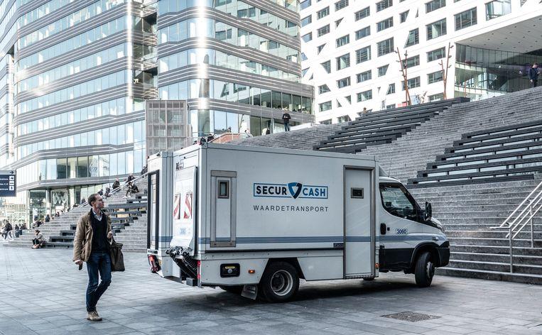 Een geldtransportwagen van SecurCash op het Jaarbeursplein in Utrecht. Beeld Hollandse Hoogte / Egbert Hartman