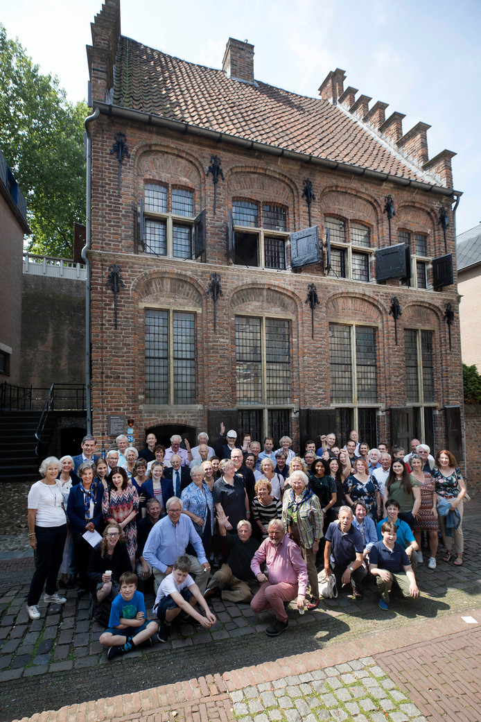 Familie Kolff bezoekt het Besiendershuis waar hun voorouders woonden.