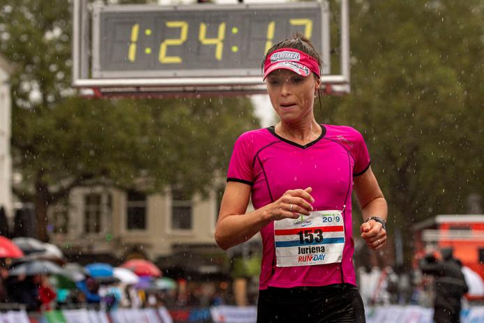 Juriena de Vries, regioloper, loopt een pr halve marathon tijdens deze kletsnatte singelloop in Breda