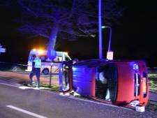 Auto belandt in berm en slaat over de kop bij eenzijdig ongeluk in Lunteren