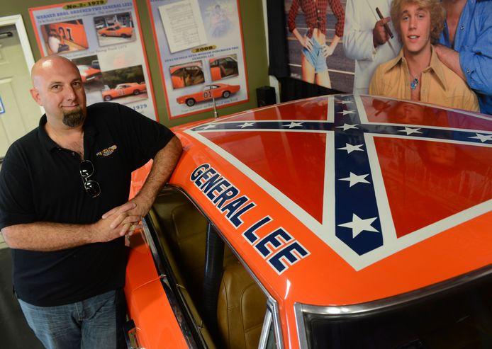 Directeur Brian Grams van het Volo Auto Museum poseert bij de omstreden Dodge Charger: ,,Wij krijgen er geen klachten over.''