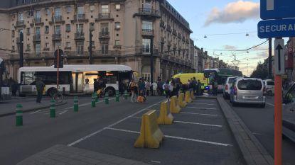 Passagier blijft met arm steken tussen tramdeur en wordt meegesleurd in Gent