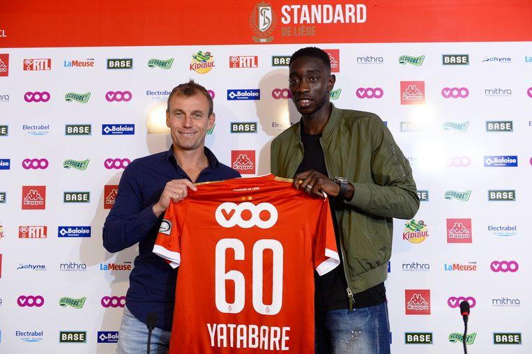 Yatabaré naast Axel Lawarée bij zijn voorstelling op Sclessin in september 2015.