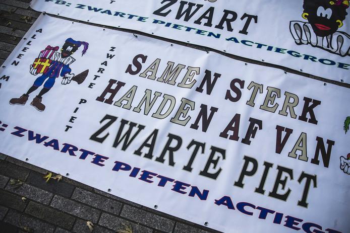 Een spandoek voor de rechtbank van Leeuwarden.