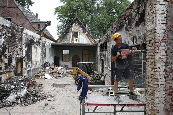 Anderhalf jaar kostte het om het monumentale pand aan de Kerklaan in Twello weer op te bouwen, nadat een brand het restaurant volledig verwoeste. Een half jaar na de opening gaan de deuren alweer dicht. De rechter heeft De Patron failliet verklaard.