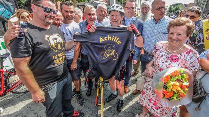 Achille (83) doet fietsstunt over