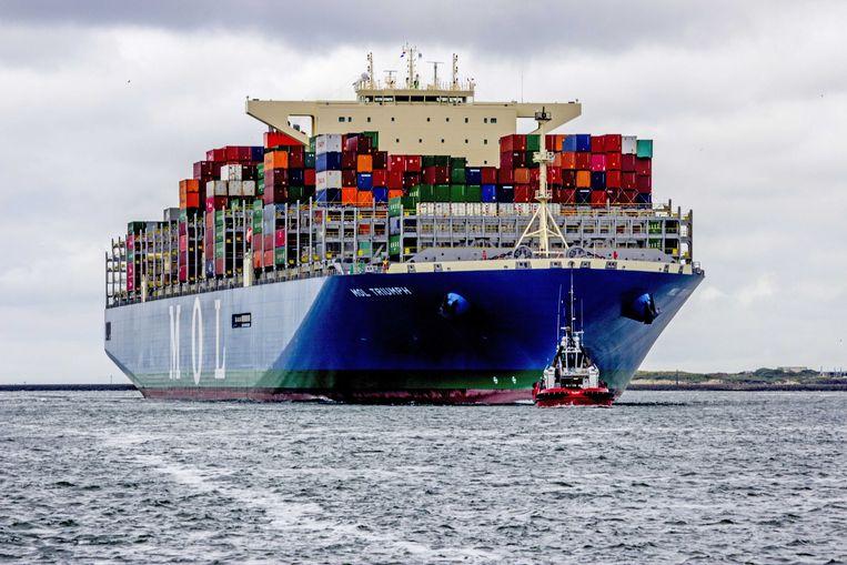 Aankomst van de MOL Triumph in Rotterdam. Het is het grootste containerschip ooit dat Europa aandoet.  Beeld ANP