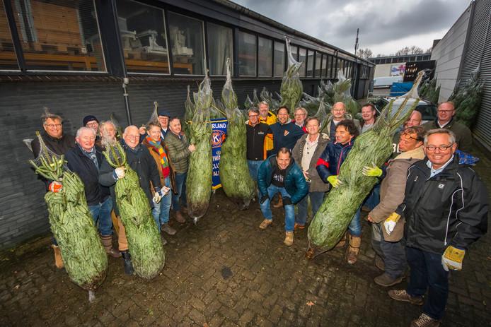 Leden van de Kiwanis Club brachten zaterdag tijdens de jaarlijkse actie kerstbomen bij Almeloërs thuis.