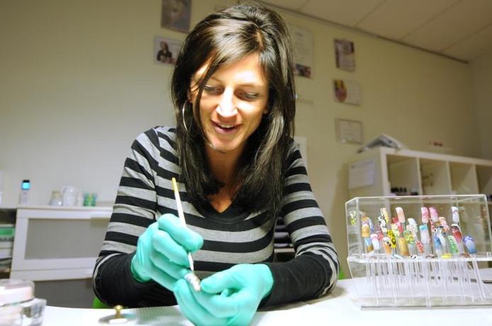 Bargje Boudens in de weer met de spullen die zij gebruikt om nagels te verfraaien. foto Edmund Messerschmidt/het fotoburo