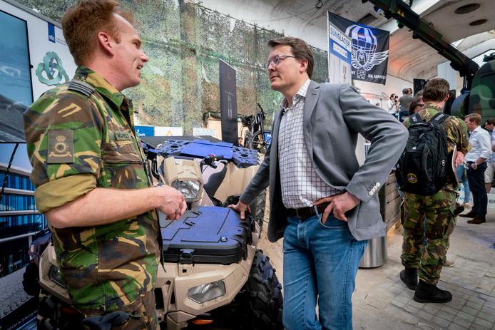Prins Constantijn krijgt in Arnhem uitleg van de nieuwste uitvindingen bij Defensie.