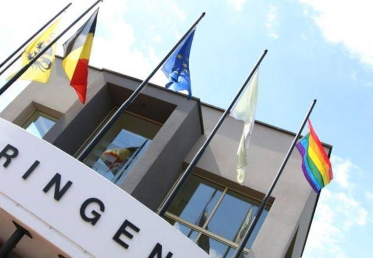 De vredesvlag (rechts) hangt morgen weer uit in Beringen