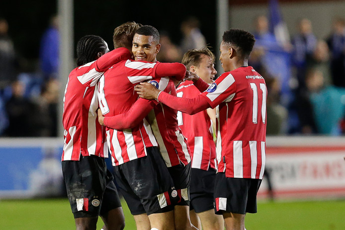 Jong PSV viert de 2-1 van Robin Schoonbrood.