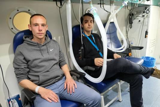 Deze twee jongemannen zijn aan hun zuurstofkuur begonnen.