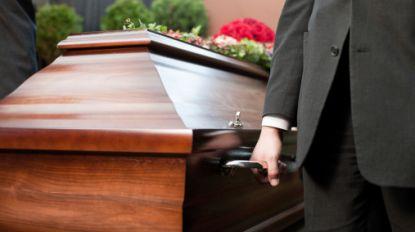 Doodverklaarde man verschijnt plots op eigen begrafenis
