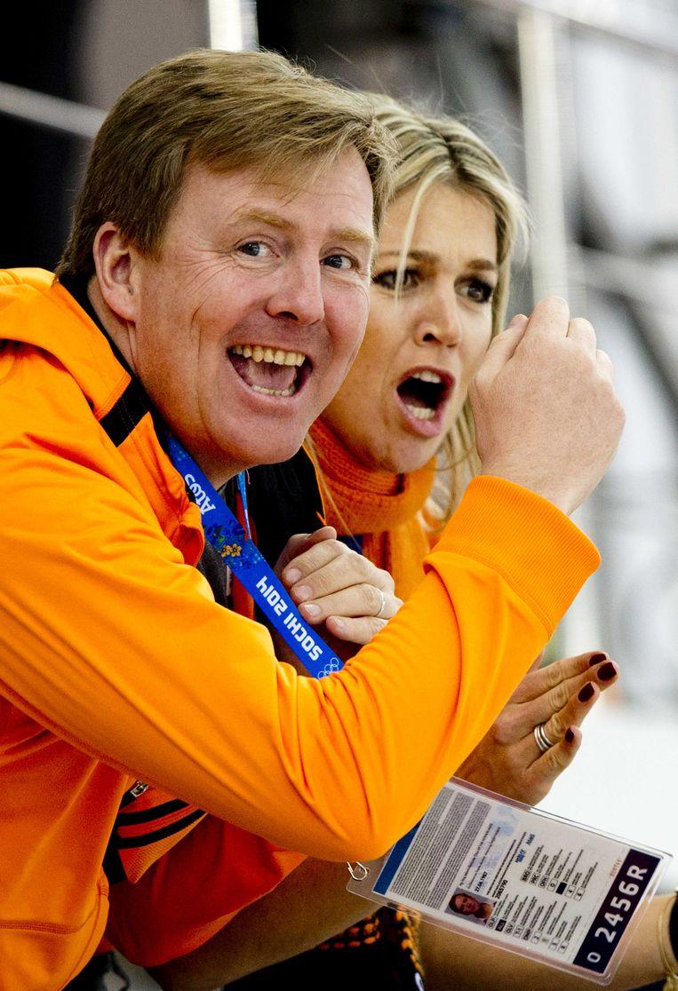 Koning Willem-Alexander en koningin Maxima moedigen Ireen Wust aan tijdens haar rit op de 3000 meter. Beeld null