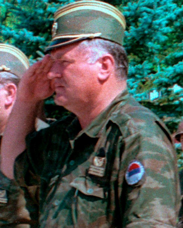 Mladic tijdens de zomer van 1995  in Srebrenica, waar zich onder zijn leiding een genocide voltrok.  Beeld EPA