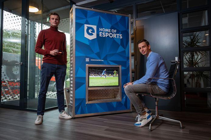 Het Kamper bedrijf 'Home of eSports' (rechts Tjerk van der Maten en links Pim Withaar) heeft onder anderen Tony Kok en Stefan Vellinga, de eSporters van PEC Zwolle, vastgelegd.