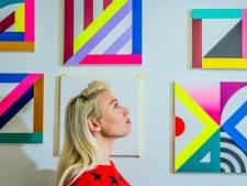 Prijswinnares Marije Vermeulen uit Apeldoorn snijdt haar schilderijen in stukken
