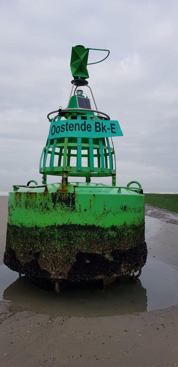 Op het strand van Raversijde spoelde woensdagmorgen een boei, de Oostende Bk-E, aan.
