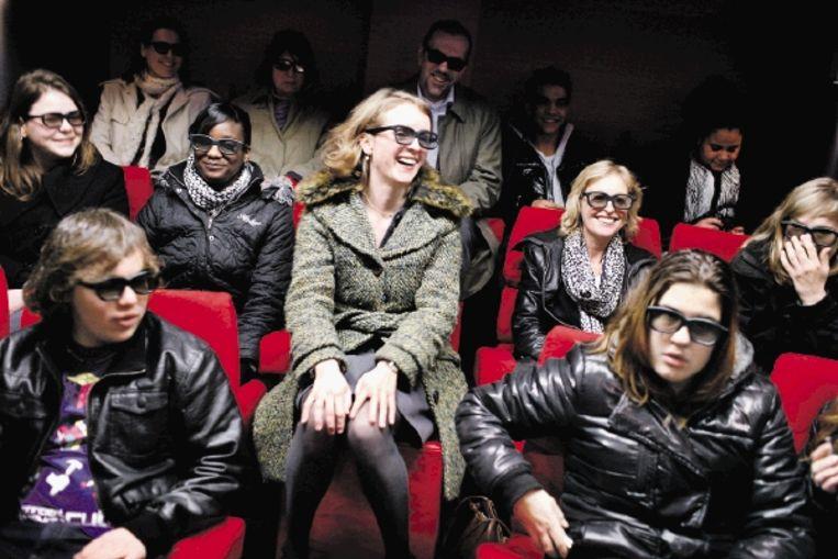 Te midden van jonge vmbo?ers bekijken projectleider Janneke Weelink (midden op de foto) en staatssecretaris Jet Bussemaker (rechts achter haar) een wervingsfilm voor een baan in de zorg. Allen dragen een 3D-bril. (FOTO JÃ¿RGEN CARIS, TROUW) Beeld