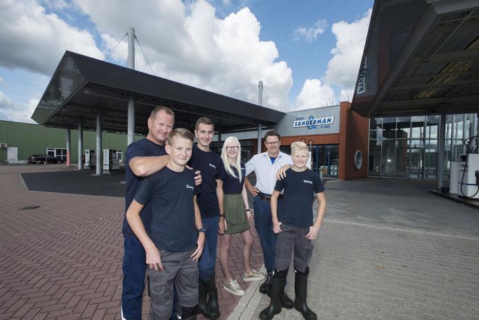 De broers Hans (links) en Evert (tweede van rechts) Sanderman vervangen hun 25 jaar oude wasboxeninstallatie.
