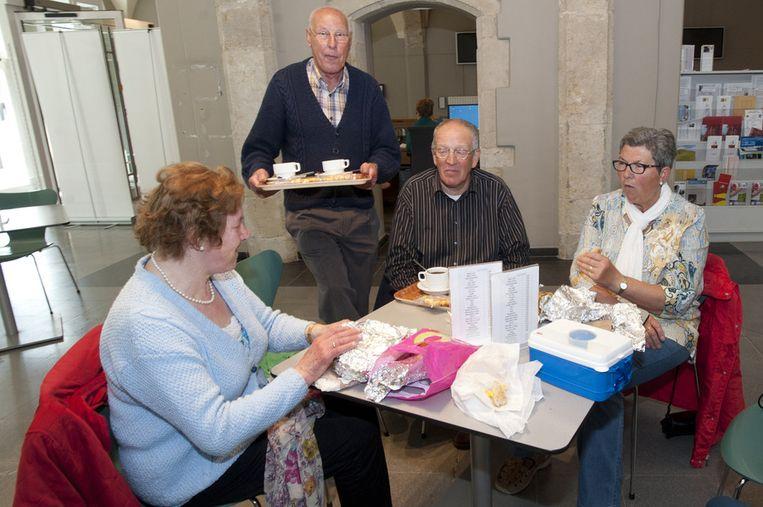Bedevaarders komen hun boterhammen eten in De Pelgrim.