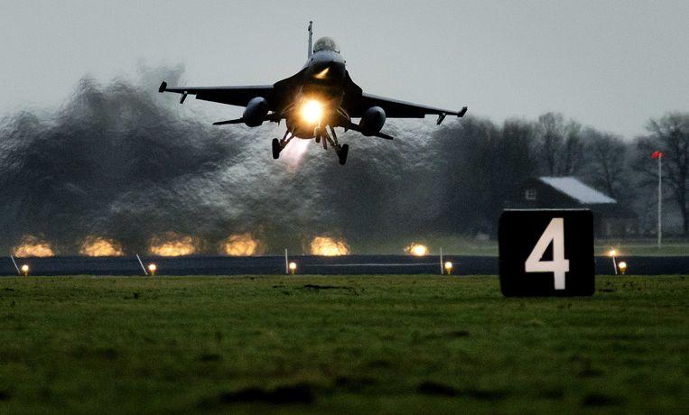 Een F-16 op vliegbasis Volkel.  In het gelekte Navo-rapport staat: 'Vaak genoemde Europese bondgenoten met geschikte vliegtuigen zijn België, Duitsland, Italië, Nederland en Turkije.' Beeld ANP