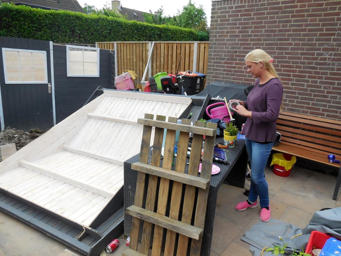 Renate bij haar nieuwe achtertuin in wording