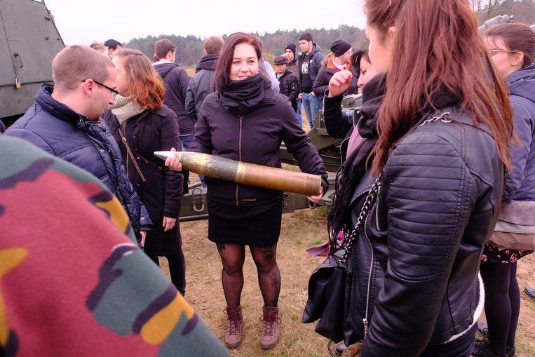 Een vrouw houdt stevig een bom vast. Als ze die maar niet op haar tenen laat vallen...