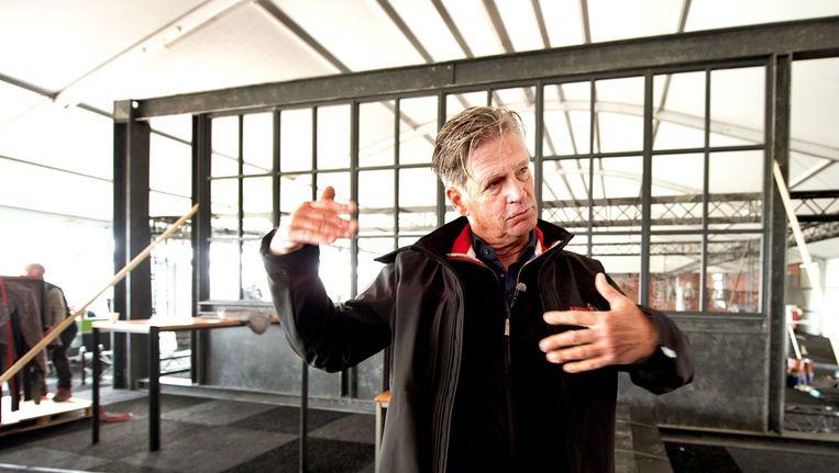 De koersdirecteur geeft tekst en uitleg in een viptent. Beeld Klaas Jan van der Weij / de Volkskrant