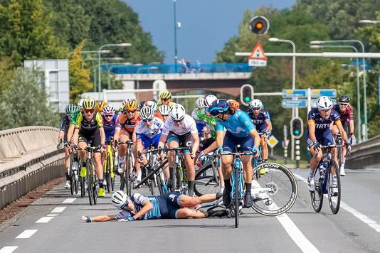 De valpartij van Ellen van Dijk in de 4e etappe Boels Ladies Tour.