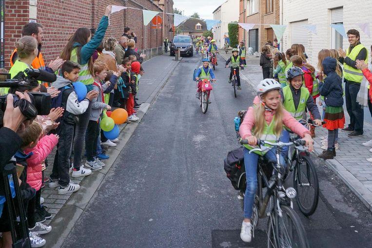 Schoolkinderen fietsen door de nieuwe dynamische schoolstraat.