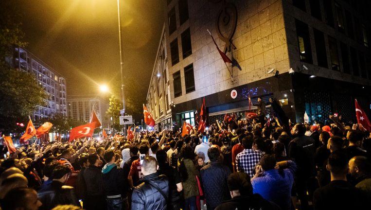 Aanhangers van Erdogan protesteren bij het Turkse consulaat in Rotterdam op de avond van de couppoging, 15 juli 2016, tegen de machtsovername. In datzelfde consulaat zouden veronderstelde tegenstanders van Erdogan nu benadeeld worden Beeld anp