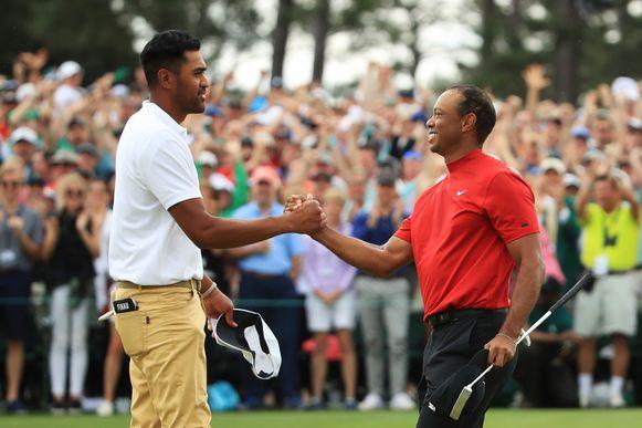 Tony Finau feliciteert Tiger Woods.