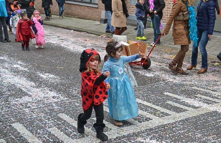 De kindercarnavalstoet in Merchtem vorig jaar: carnaval mét confetti.