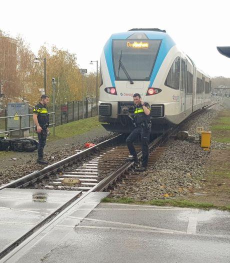 Scooterrijdster valt op spoor voor aanstormende trein: omstander redt vrouw het leven