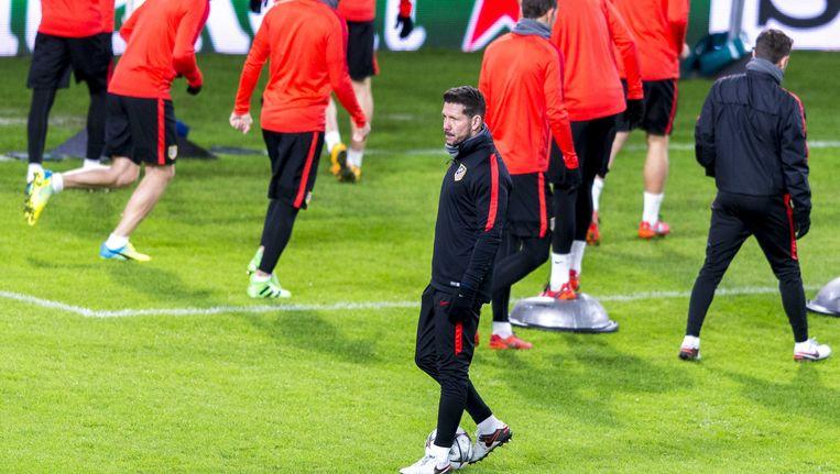 Coach Diego Simeone tijdens de training van Atletico Madrid ter voorbereiding op de Champions Leaguewedstrijd tegen PSV. Beeld anp