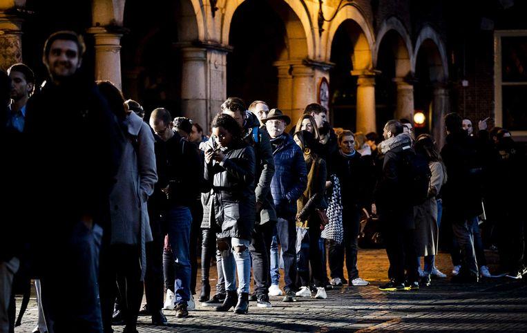 In Den Haag staat nog veel volk aan de stemlokalen. Die blijven dan ook open tot iedereen die nu in de rij staat, gestemd heeft. Ook al is het na 21 uur.