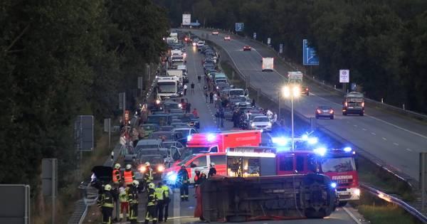 Ravage op autobahn bij Emmerik richting Nederland: weg potdicht na ongeluk.
